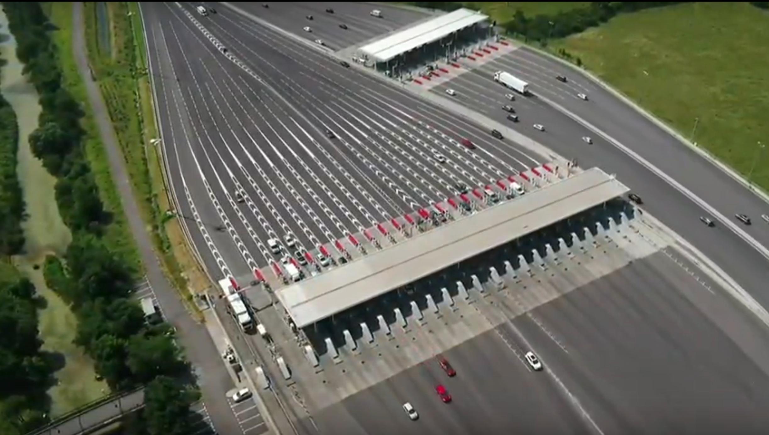 Drone en direct du péage de Toulouse-Sud à la jonction de l'A61 et l'A620